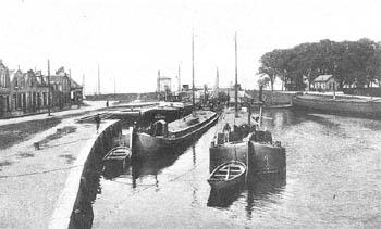 Twee binnenvaartspitsen voor de sluis in 1928