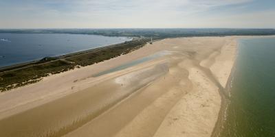 Veerse Gatdam is aan beide kanten ingepakt met zand en ingericht met beplanting. Daardoor lijkt de dam op een duin - Foto Rijkswaterstaat.