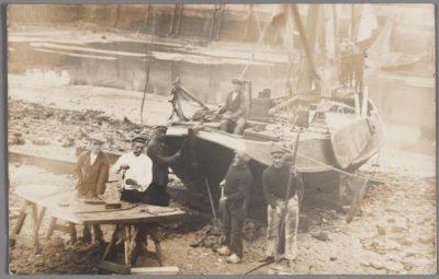 Vissers repareren hun schip