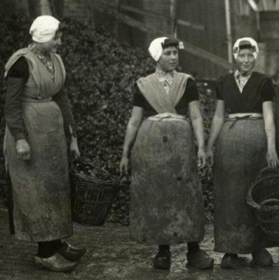 Vissersvrouwen maken de mosselen gereed voor de verkoop