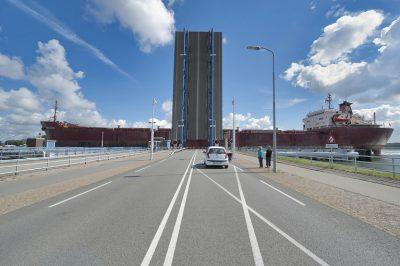 Wachten voor een open brug is voor de echte liefhebber niet vervelend! Foto: www.laatzeelandzien.nl