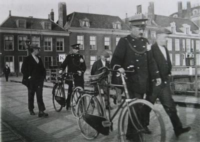 Politie brengt werkwilligen naar de werf